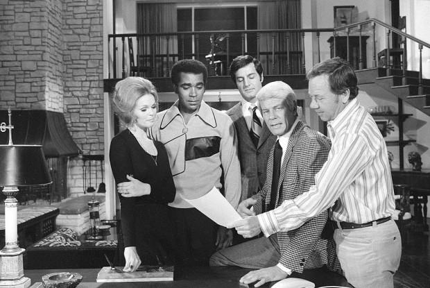 Henderson com o elenco de 'Missão: Impossível' no episódio 'Stone Pillow', de 1971. (Foto: CBS/Arquivo)