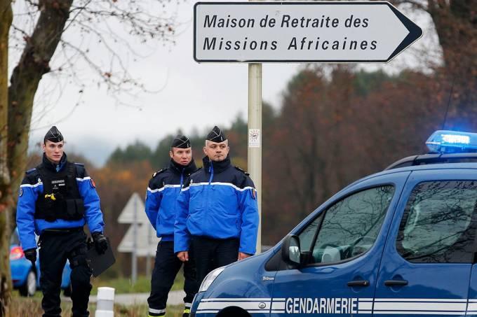 Policiais franceses cercam local onde um homem matou uma mulher em uma casa de missionários católicos, na França