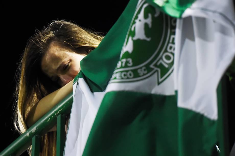 Torcedora da Chapecoense chora na Arena Condá, em Chapecó (SC), durante homenagens às vítimas do voo que transportava a equipe catarinense para disputar a final da Copa Sul-Americana, em Medellín, na Colômbia