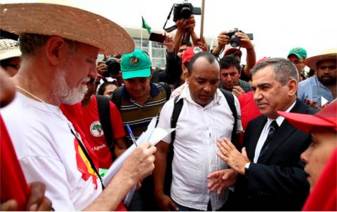 Gilberto Carvalho, que deveria ter evitado a selvageria, apareceu para conversar (Pedro Ladeira/Folhapress)