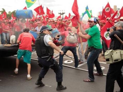 """Vejam os pacíficos do MST tentando """"negociar"""" na base do porrete (Pedro Ladeira/Folhapress)"""