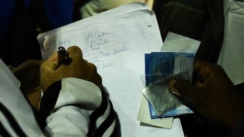 Militante do MTST faz a lista de chamada para ver se invasor compareceu à tarefa do dia