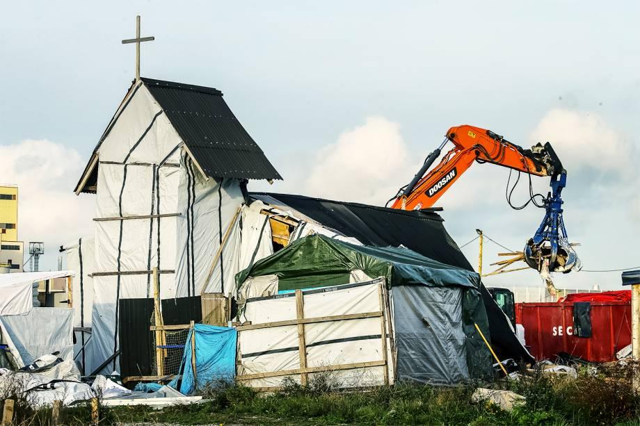 Igreja Ortodoxa construída dentro do acampamento de refugiados em Calais, na França, é demolida - 03/11/2016