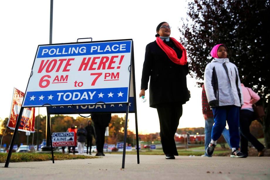 Eleitores chegam para votar na escola de ensino fundamental Potomac Middle School, em Dumfries, no estado da Virgínia - 08/11/2016