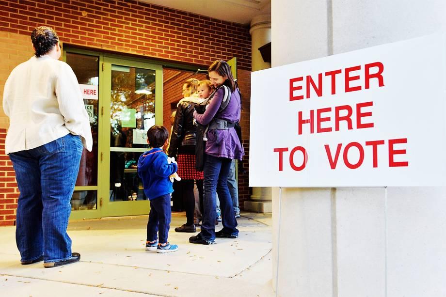 Eleitores aguardam em fila para votar em Durham, no estado da Carolina do Norte - 08/11/2016