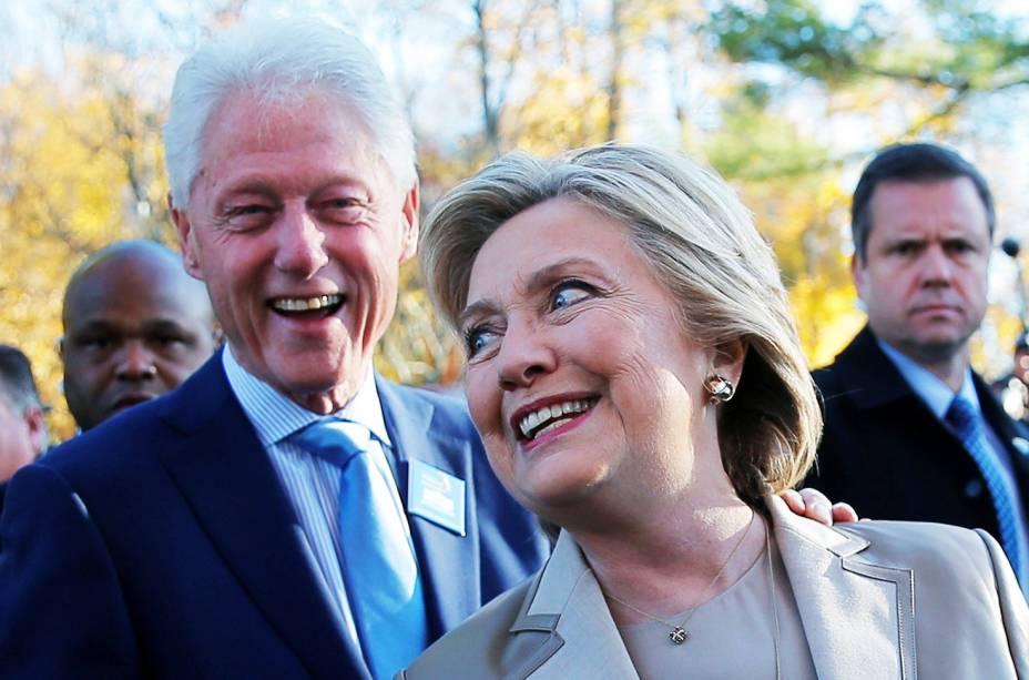A candidata democrata à Presidência dos Estados Unidos, Hillary Clinton, e o ex-presidente Bill Clinton, conversam com repórteres após votarem em Nova York - 08/11/2016