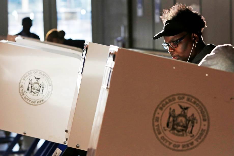Mulher vota em centro comunitário de Manhattan, em Nova York, durante as eleições presidenciais dos Estados Unidos - 08/11/2016
