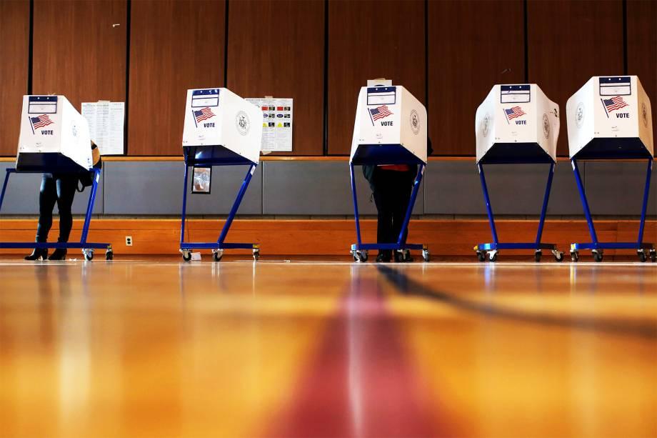 Eleitores votam em centro comunitário de Manhattan, durante as eleições presidenciais dos Estados Unidos - 08/11/2016