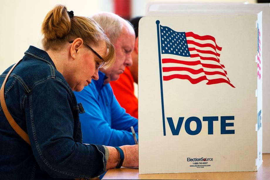 Eleitores votam no Colégio Centerville, no estado americano da Virgínia - 08/11/2016