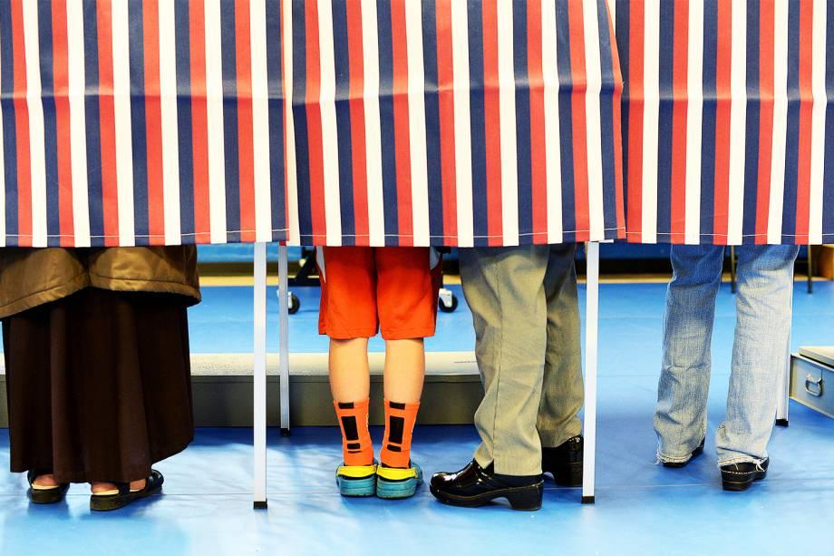 Eleitores votam em cabines no centro comunitário de Concord, no estado americano de New Hampshire - 08/11/2016