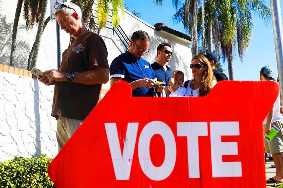 Eleitores fazem fila para votar na cidade de São Petersburgo, na Flórida - 08/11/2016
