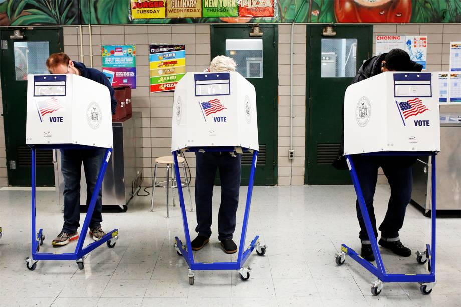 Eleitores preenchem cédulas de votação durante as eleições presidenciais dos Estados Unidos, na escola James Weldon Johnson, no bairro East Harlem, em Manhattan - 08/11/2016