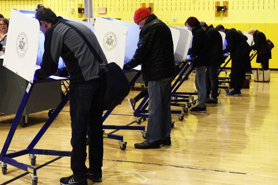 Eleitores preenchem cédulas de votação em escola de Manhattan, Nova York - 08/11/2016