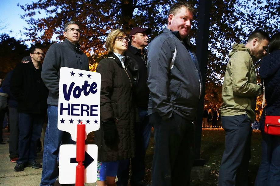 Eleitores aguardam abertura de local de votação em Alexandria, no estado da Virgínia - 08/11/2016
