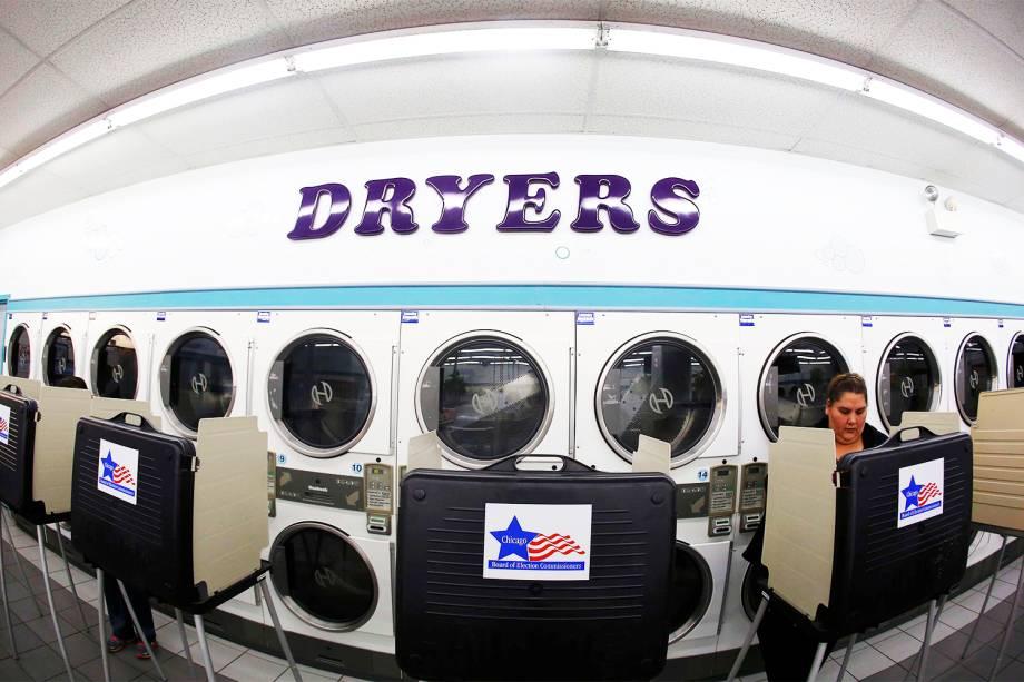 Eleitora vota em uma lavanderia de Chicago, no estado de Illinois - 08/11/2016