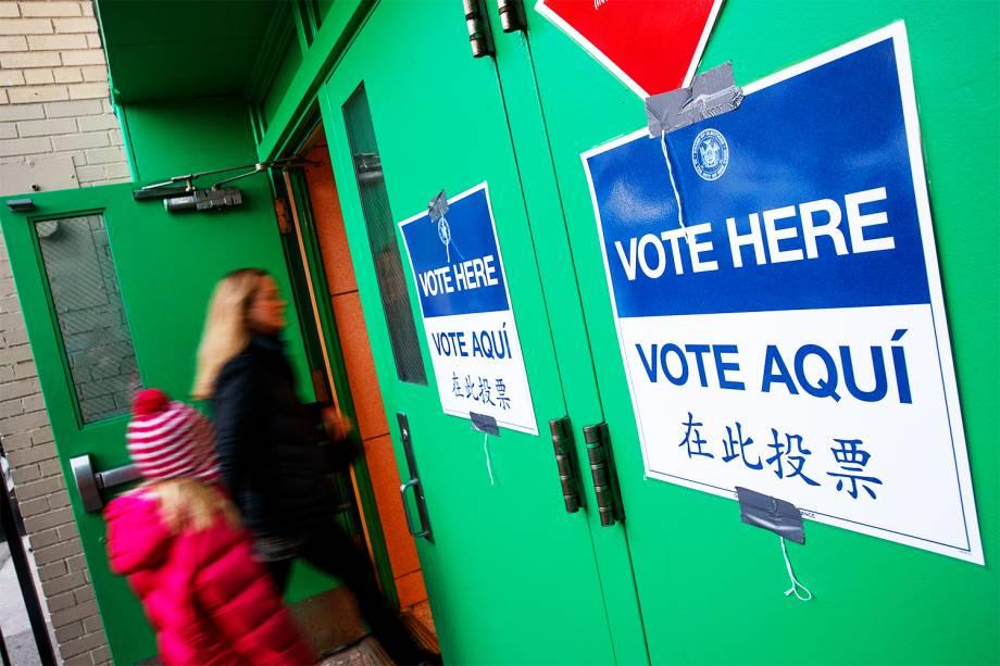 Eleitores entram em um local de votação de Nova York. Os cidadãos dos Estados Unidos escolherão entre o republicano Donald Trump e a democrata Hillary Clinton - 08/11/2016