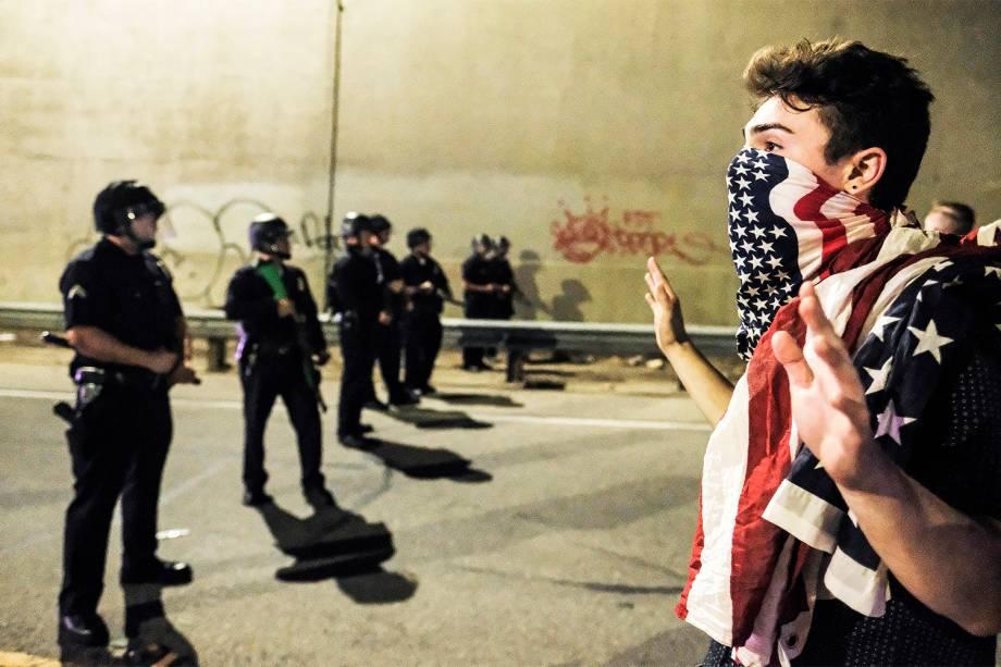 Manifestante se aproxima de policiais na cidade de Los Angeles, Califórnia, em protesto contra a vitória do republicano Donald Trump nas eleições presidenciais americanas - 09/11/2016