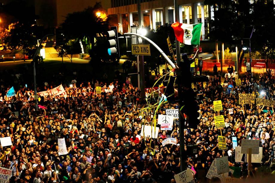Manifestante com bandeira mexicana é visto em protesto contra a vitória do republicano Donald Trump nas eleições presidenciais americanas, em Los Angeles - 09/11/2016