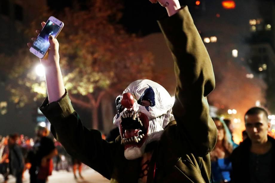 Manifestante usa máscara em protesto contra a vitória do republicano Donald Trump nas eleições presidenciais americanas, em Oakland, Califórnia - 09/11/2016