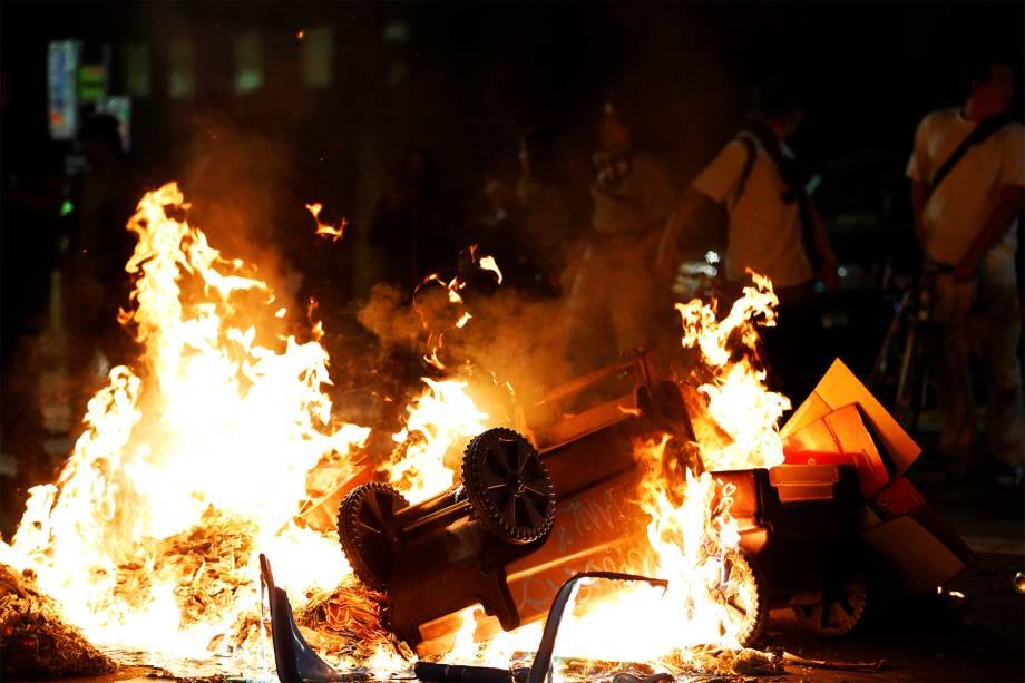 Manifestantes incendeiam lixo em protesto contra a vitória do republicano Donald Trump nas eleições presidenciais americanas, na cidade de Oakland, Califórnia - 09/11/2016