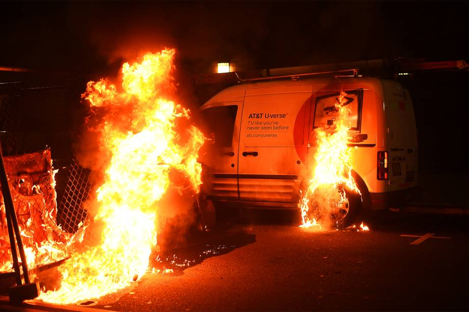 Manifestantes incendeiam furgão em protesto contra a vitória do republicano Donald Trump nas eleições presidenciais americanas, na cidade de Oakland, Califórnia - 09/11/2016