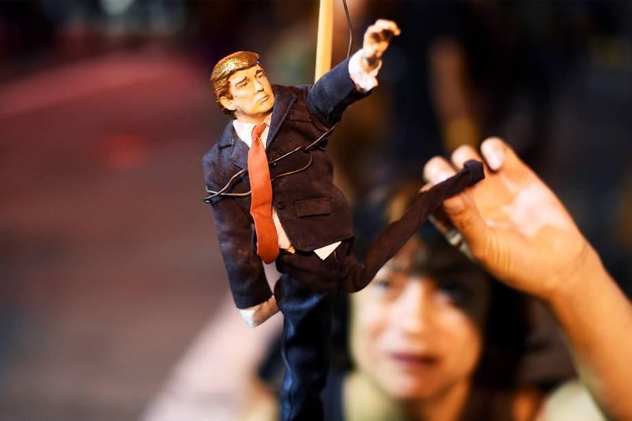 Manifestante segura boneco do republicano Donald Trump, durante protesto contra a vitória do magnata nas eleições presidenciais americanas - 09/11/2016