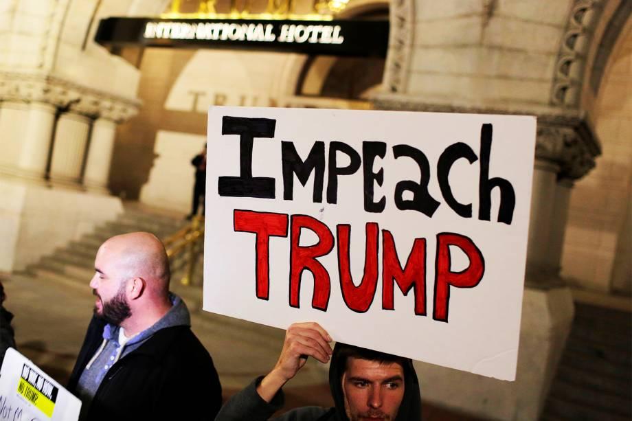 Manifestantes realizam protesto contra a vitória do republicano Donald Trump nas eleições presidenciais americanas, em frente ao Trump International Hotel, localizado em Washington - 10/11/2016