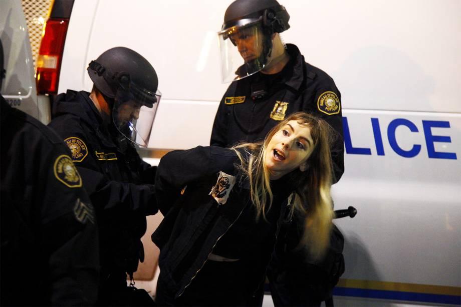 Policiais detém manifestante em protesto contra a vitória do republicano Donald Trump nas eleições presidenciais americanas, na cidade de Portland - 10/11/2016