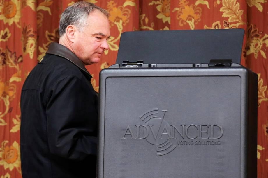 O candidato a vice-presidente, senador Tim Kaine, vota na Igreja Metodista de Hermitage, em Richmond, no estado americano da Virgínia - 08/11/2016