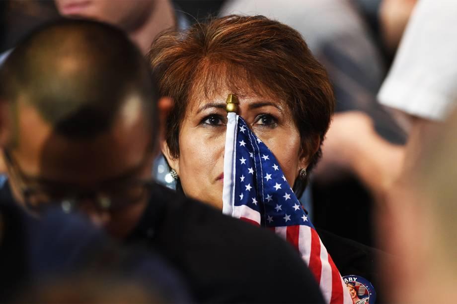 Apoiadora da democrata Hillary Clinton acompanha apuração dos votos no Centro de Convenções Jacob K. Javits, em Nova York - 09/11/2016