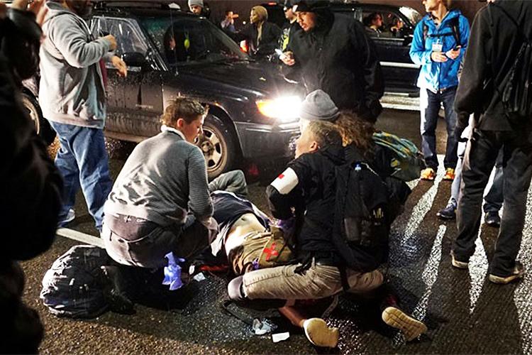 Homem é baleado durante a terceira noite de protestos contra a vitória do republicano Donald Trump nas eleições presidenciais americanas, em Portland - 11/11/2016