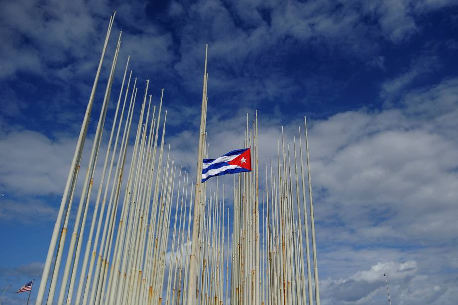 Bandeira de Cuba é vista a meio-mastro na Embaixada Americana em Havana, após o líder revolucionário Fidel Castro falecer aos 90 anos - 26/11/2016