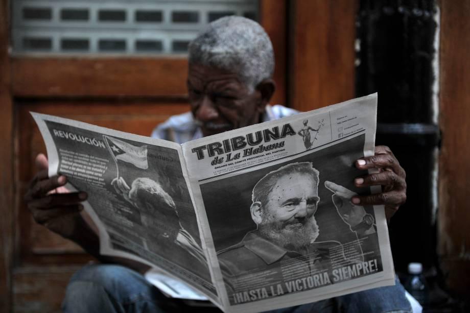 Homem lê jornal em uma rua de Havana, em Cuba, dois dias após a morte do líder revolucionário Fidel Castro - 27/11/2016