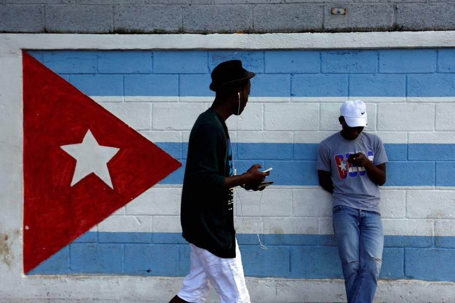 Adolescente observa celular em Havana, após o anúncio da morte do líder revolucionário cubano Fidel Castro - 27/11/2016