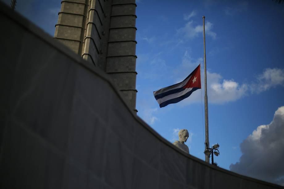 Bandeira cubana é colocada a meio-mastro na Praça da Revolução, em Havana, após o anúncio da morte do líder revolucionário Fidel Castro - 27/11/2016