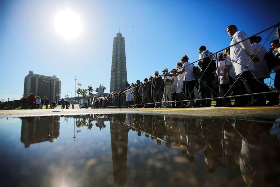 Pessoas fazem fila na Praça da Revolução, em Havana, para prestar homenagens ao líder revolucionário cubano Fidel Castro, morto aos 90 anos - 28/11/2016