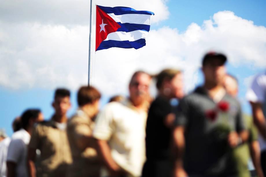 Bandeira cubana é vista na Praça da Revolução, no capital Havana, durante homenagens ao líder revolucionário Fidel Castro, morto aos 90 anos - 28/11/2016