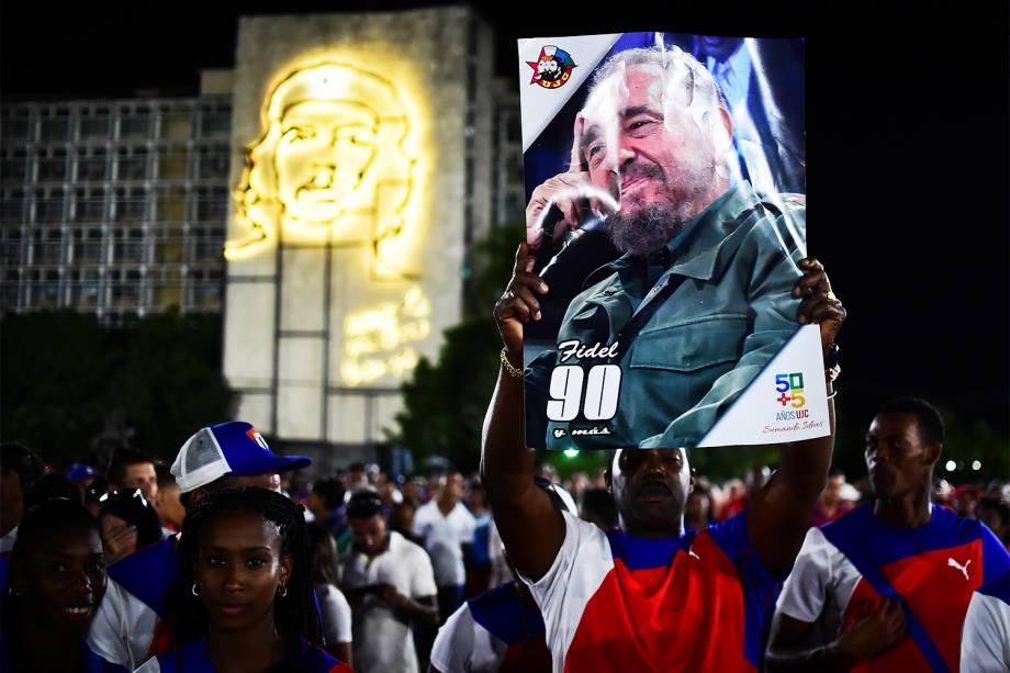 Homem segura poster do líder revolucionário cubano Fidel Castro, em Havana, morto aos 90 anos - 29/11/2016