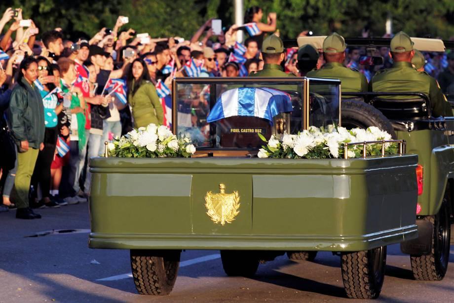 Veículo militar transporta cinzas do líder revolucionário cubano Fidel Castro, em Havana - 30/11/2016