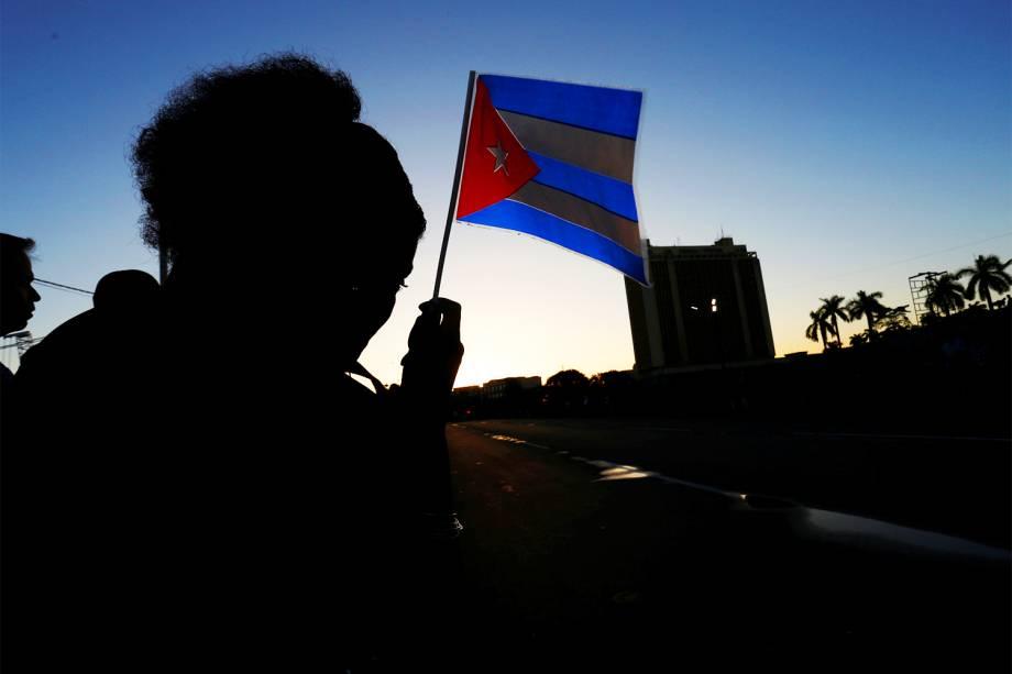 Pessoas acompanham veículo militar que transporta cinzas do líder revolucionário cubano Fidel Castro, em Havana - 30/11/2016