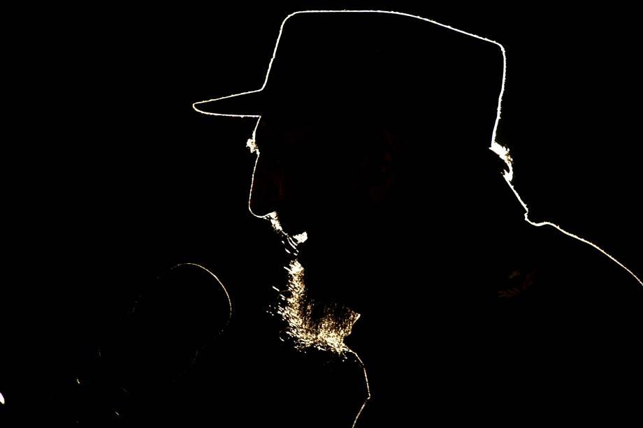 Fidel Castro discursa durante cerimônia em homenagem a Hugo Chávez em Havana, em  fevereiro de 2006