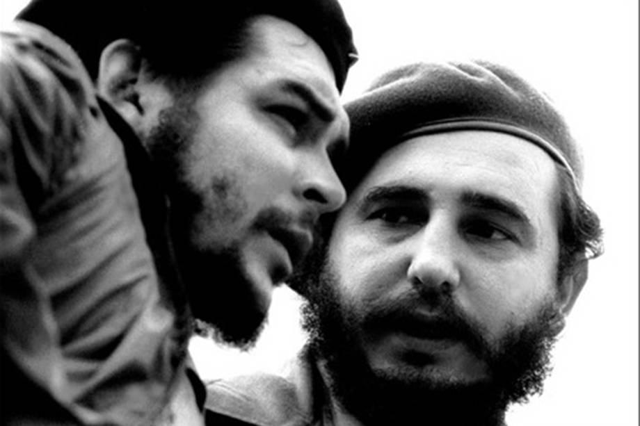 Foto tirada nos anos 60 do então primeiro-ministro cubano Fidel Castro, ao lado do guerrilheiro argentino Ernesto Che Guevara