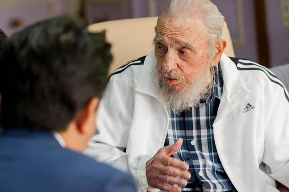 Foto de arquivo divulgada pelo jornal cubano Granmataken mostra o ex-ditador Fidel Castro durante uma reunião com o primeiro ministro japonês Shinzo Abe em Havana, em setembro de 2016