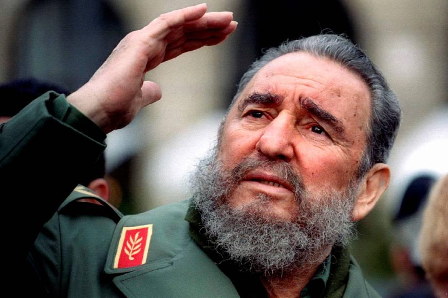 O ex-ditador cubano Fidel Castro gesticula durante uma viagem a Paris março de 1995