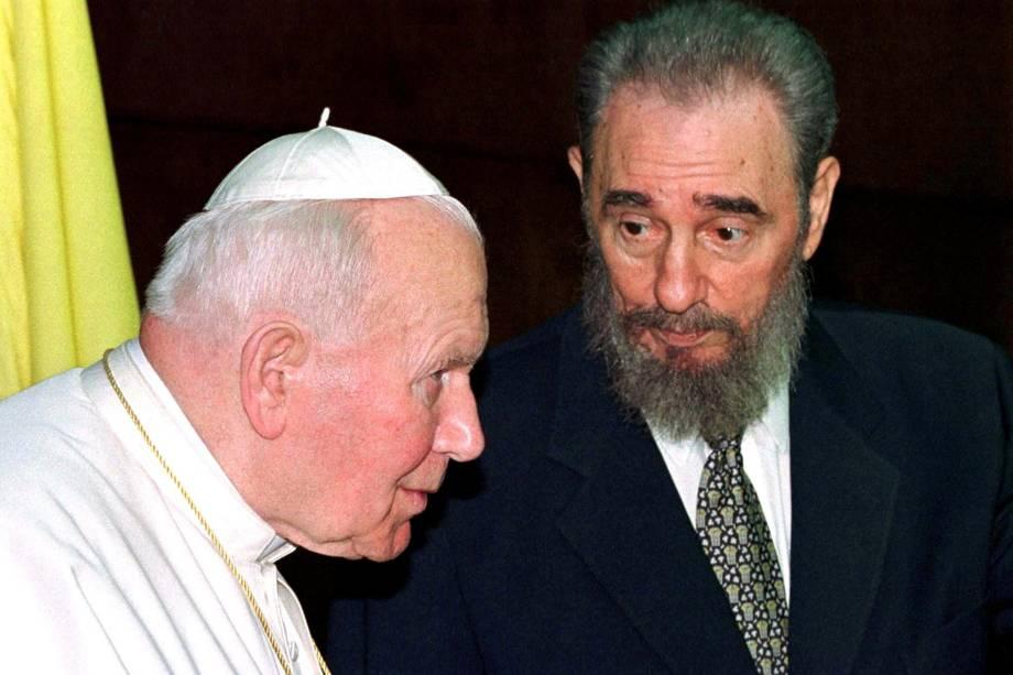 Fidel Castro conversa com o Papa João Paulo II durante a apresentação de suas delegações no Palácio da Revolução, em Havana, em janeiro 1998