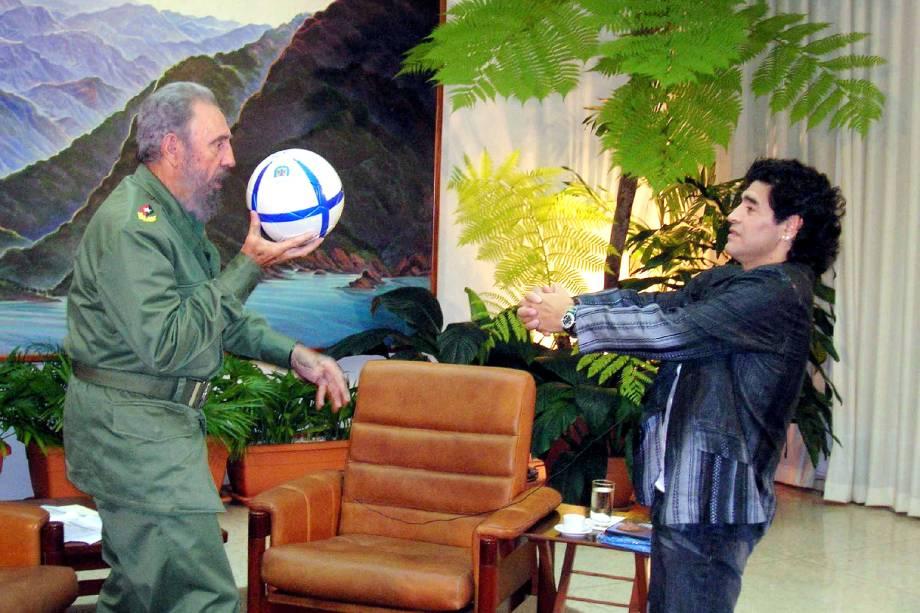 O ex-ditador cubano Fidel Castro e a lenda do futebol argentino Diego Maradona jogam bola durante uma entrevista em Havana, em outubro de 2005