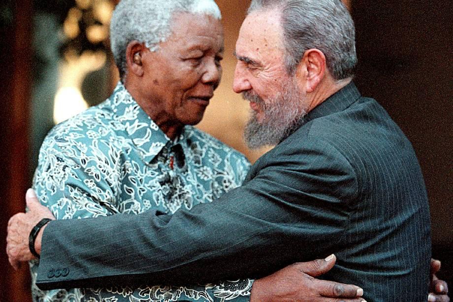 O ex-presidente sul-africano Nelson Mandela abraça o ex-ditador cubano Fidel Castro durante uma visita à casa de Mandela em Houghton, Joanesburgo, em setembro de 2001