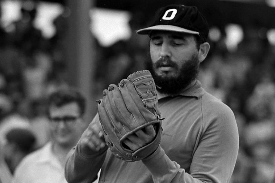 O então o primeiro-ministro cubano Fidel Castro joga beisebol em Havana em agosto de 1964