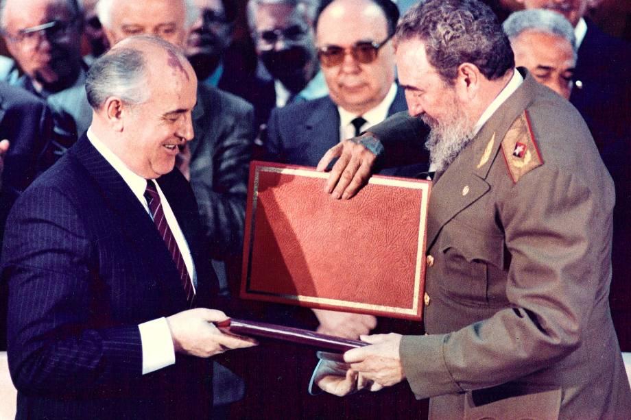 O então ditador cubano Fidel Castro e o ex-líder soviético Mikhail Gorbachev trocam documentos durante a cerimônia de assinatura do tratado em Havana em abril de 1989