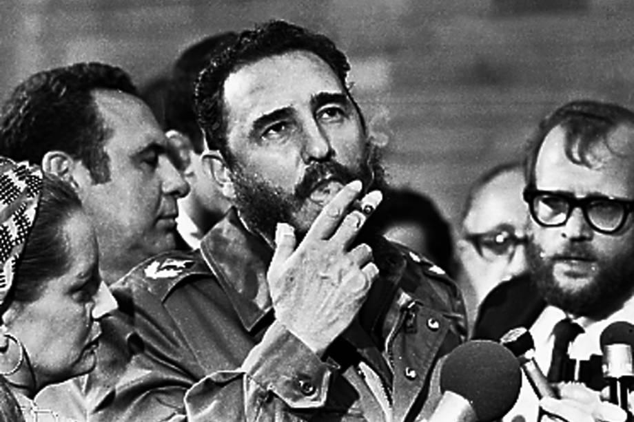 Fidel Castro fuma um charuto durante entrevista em ocasião da visita do senador dos Estados Unidos, Charles McGovern, em Havana em maio de 1975